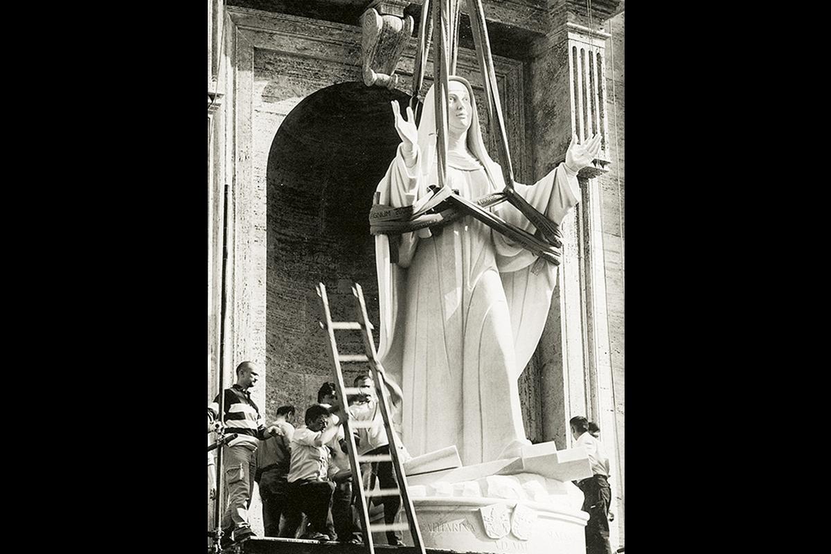 Santa Caterina da Siena Roma, Basilica di San Pietro, 2001 | Materiale: Bianco Carrara Michelangelo | Altezza: 20 Piedi