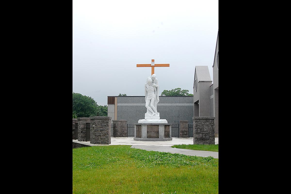 Pietà Rondanini & St.Helen Newark, New Jersey, USA, 2014 | Materiale: Bianco Carrara | Altezza: 10 Piedi