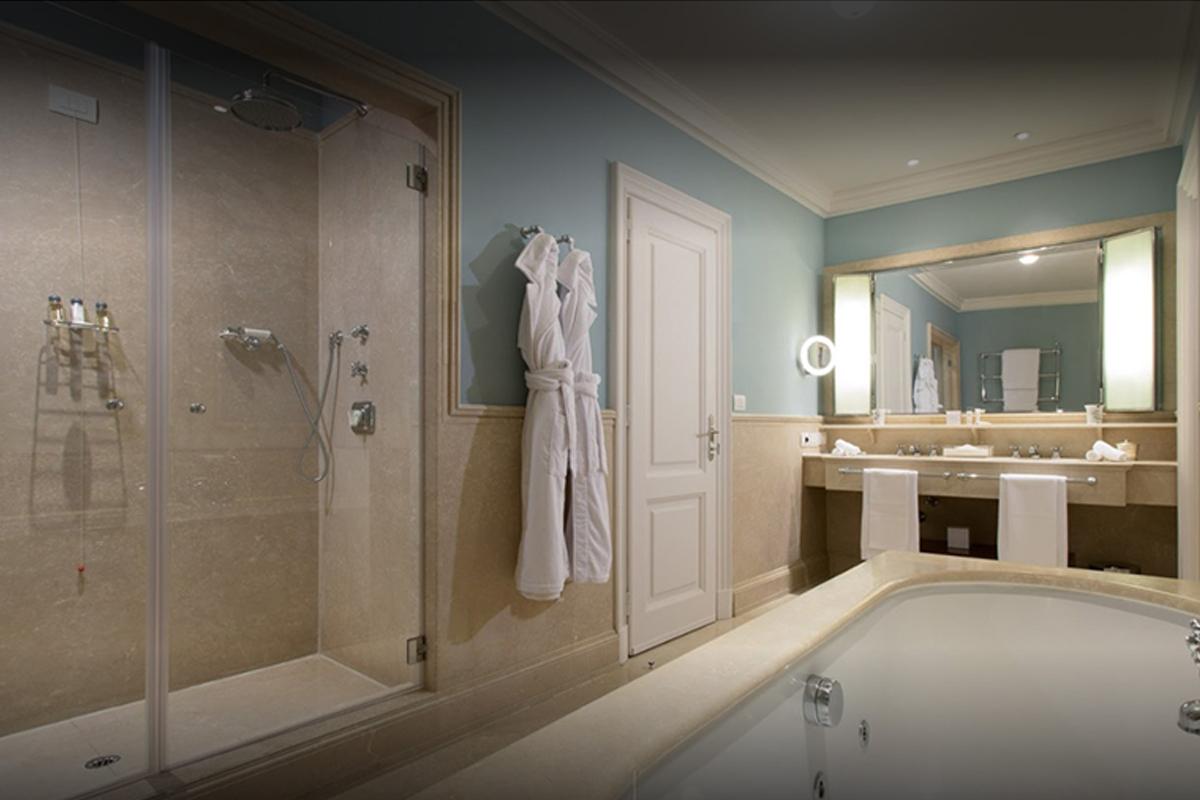 Hotel Lungarno, Firenze, Italia, 2000 | Rivestimenti dei bagni in Marmo Botticino