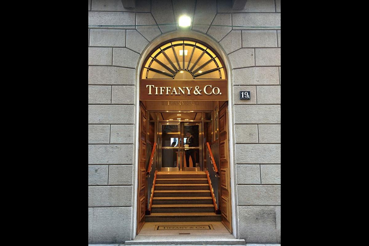 Boutique Tiffany, via della spiga, Milano, Italia | 2004. Rivestimenti per la scalinata di ingresso | Materiale: Crema marfil e brown marble